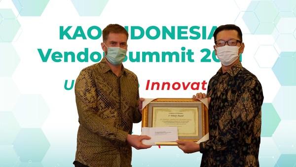 Mr Alejandro Schoenhoff (left), President of Henkel Indonesia, receiving the top vendor award from Mr Masahide Nishida, President Director of PT Kao Indonesia.