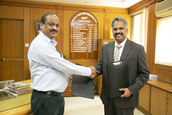 Dr. Nagahanumaiah, Director, Central Manufacturing Technology Institute (CMTI), India and Sridhar Dharmarajan, EVP, Hexagon Manufacturing Intelligence exchanging the MoU