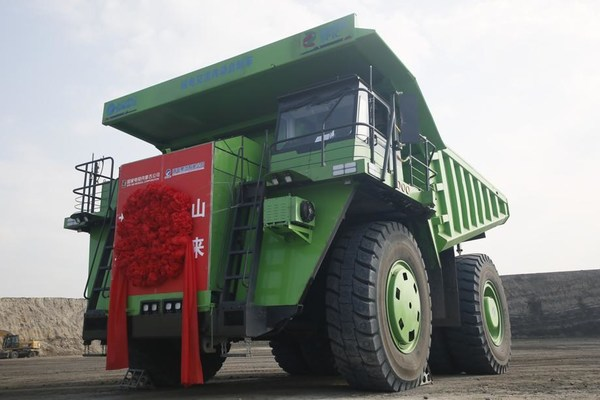 The world's first 120-ton AC electrical drive dump truck for mining entered service at the Nanlutian mine in Huuliin Gol, Inner Mongolia autonomous region, on July 22. [Photo by Liu Keqiang/For chinadaily.com.cn]