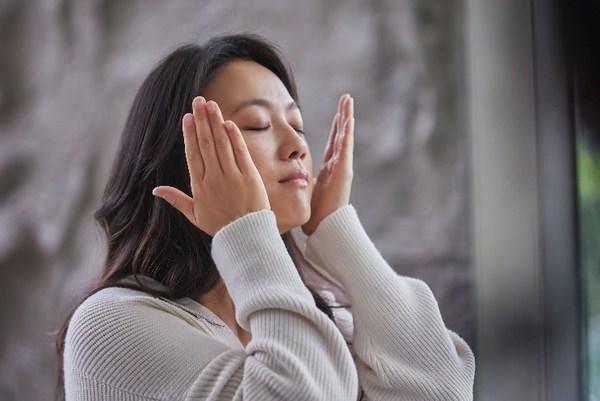 Tangwei putting on PITERA™ Essence for My PITERA™ Story