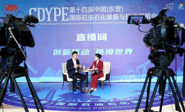 An exhibitor introducing products in the live streaming room at the 14th China (Dongying) International Petroleum and Petrochemical Equipment & Technology Exhibition