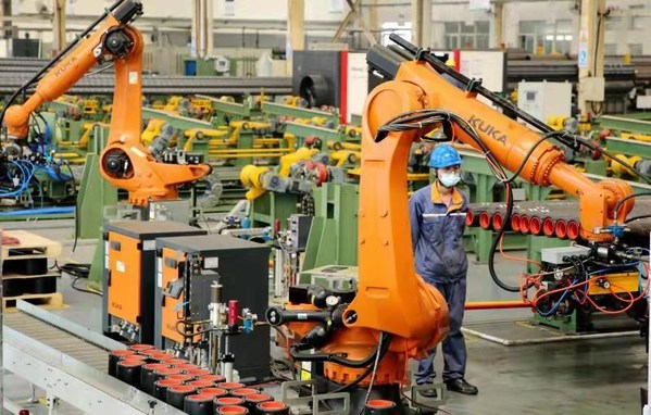 A technician processing orders in a workshop of Shandong Yonglijinggong Petroleum Equipment Co., Ltd.