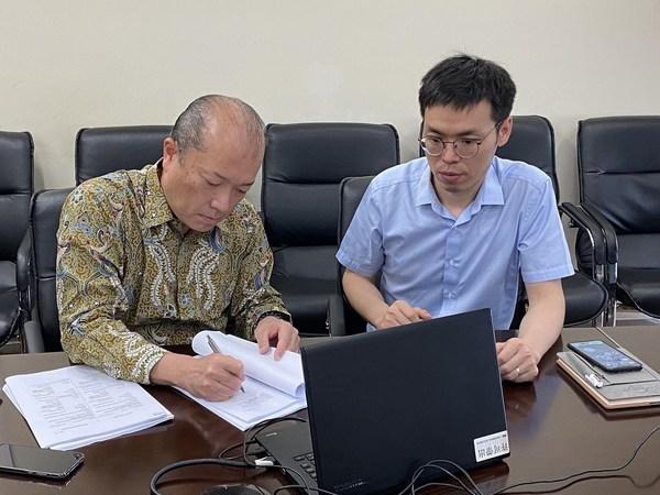Contract signing: (Left) Mr. Kaoru TAKAYANAGI, Toshiba Hydro Power (Hangzhou) Co., Ltd., Vice President/Executive Officer, Marketing