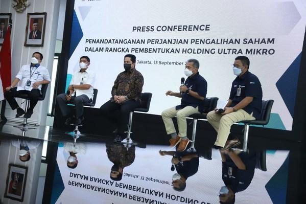 Left to right: PNM President Director Arief Mulyadi, PT Pegadaian President Director Kuswiyoto, Minister of State-Owned Enterprises of The Republic of Indonesia Erick Thohir, BRI President Director Sunarso, and BRI Deputy President Director Catur Budi Harto